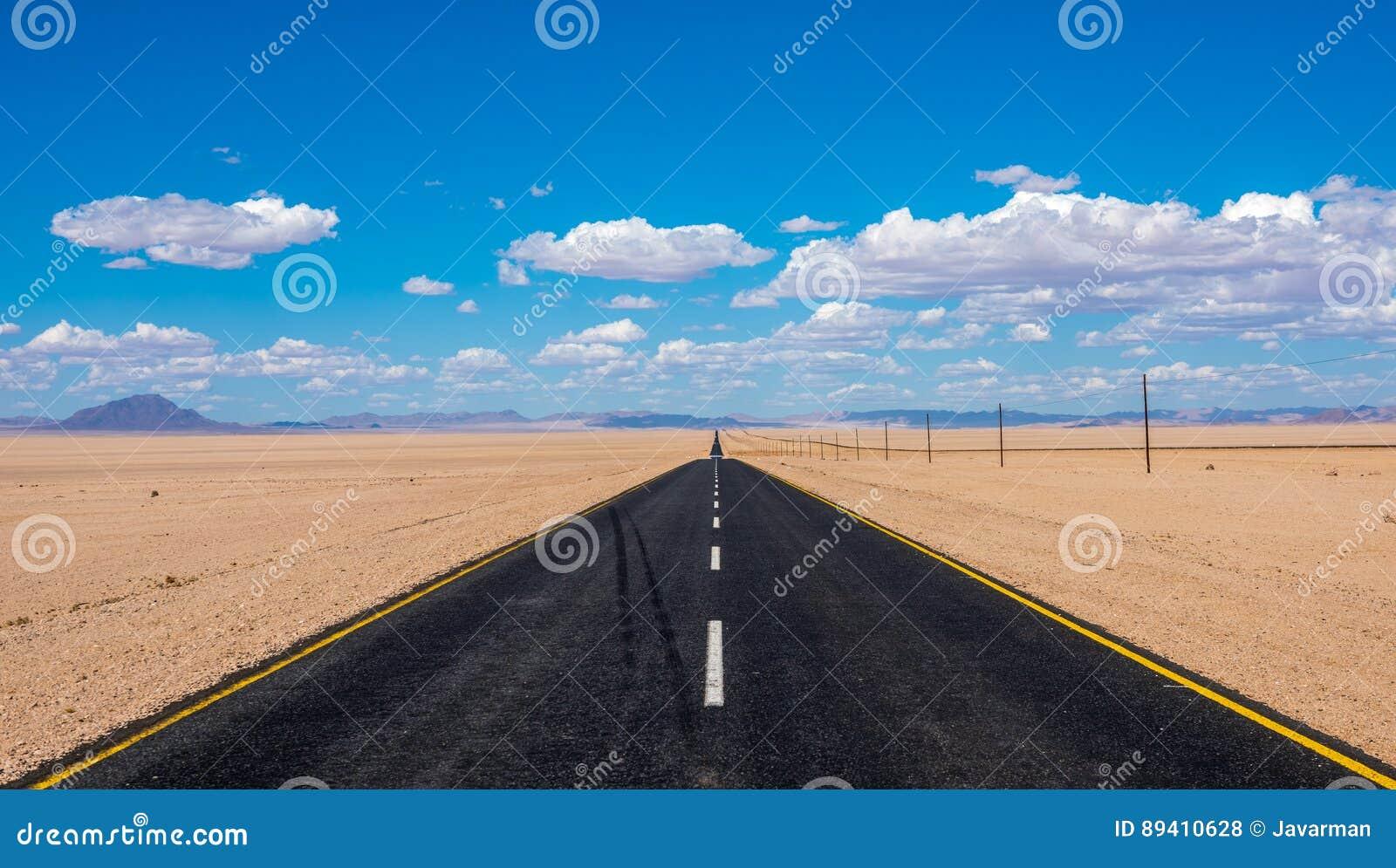 Imagem vibrante da estrada e do céu nebuloso azul