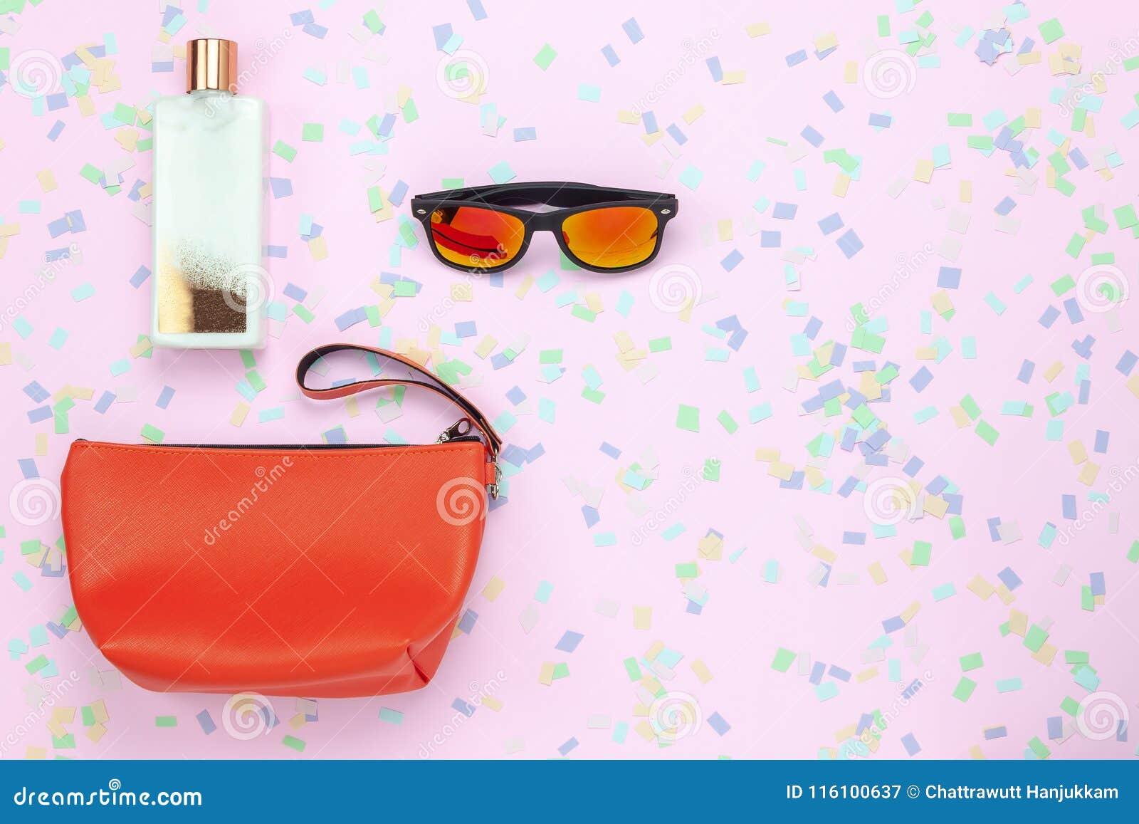 Imagen aérea de la opinión de sobremesa de la ropa de la mujer a viajar día de fiesta de la estación de verano