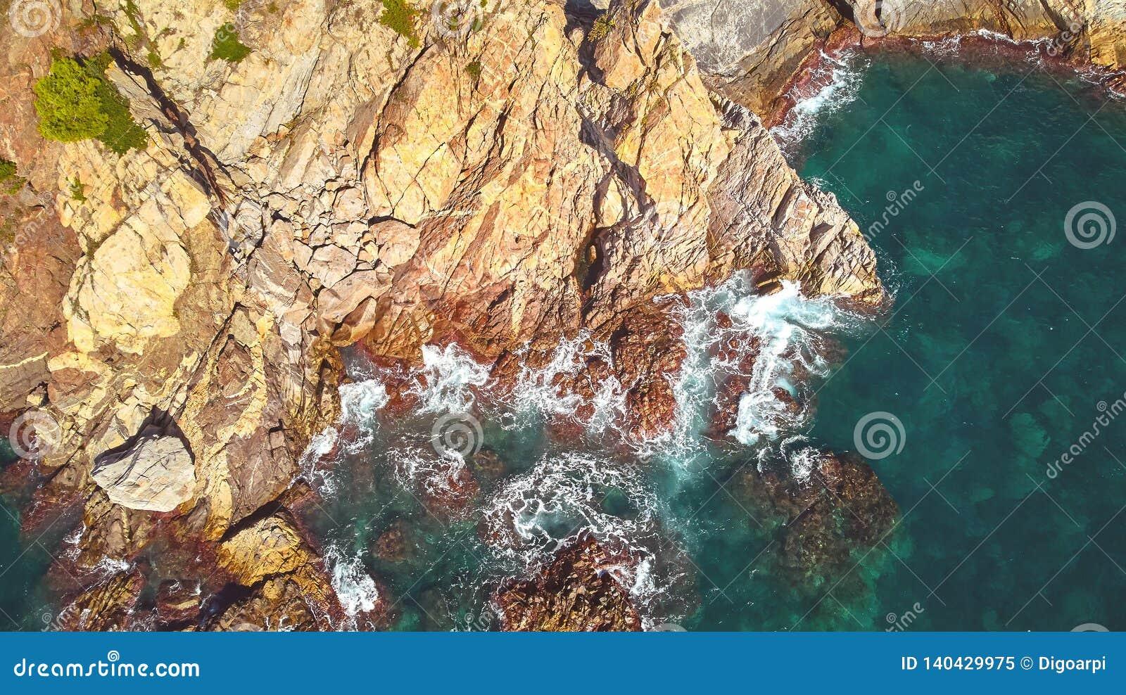 Imagen aérea del paisaje de Costa Brava español en un día soleado, cerca de la ciudad Palamos
