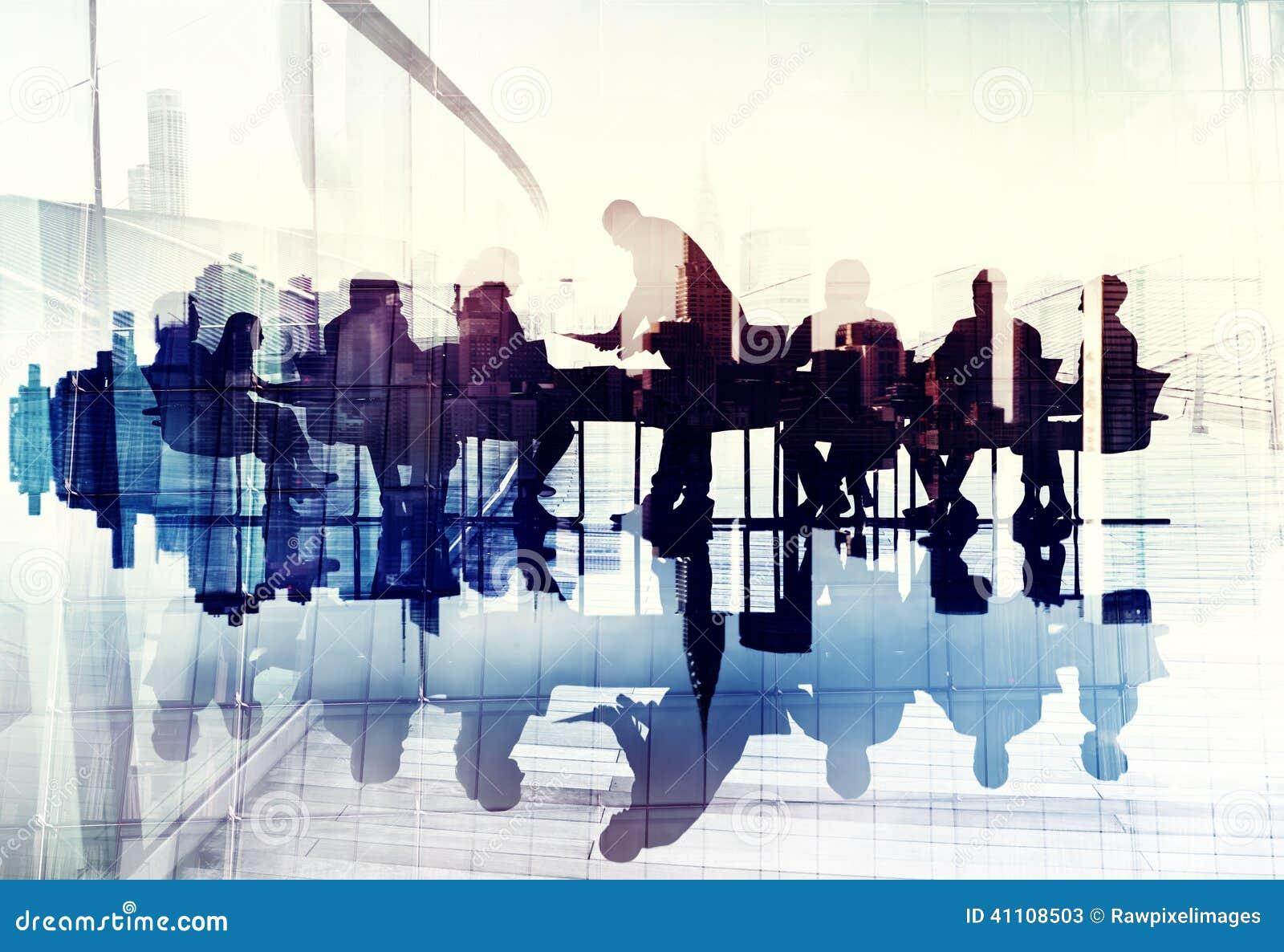 Imagen abstracta de los hombres de negocios de las siluetas en una reunión