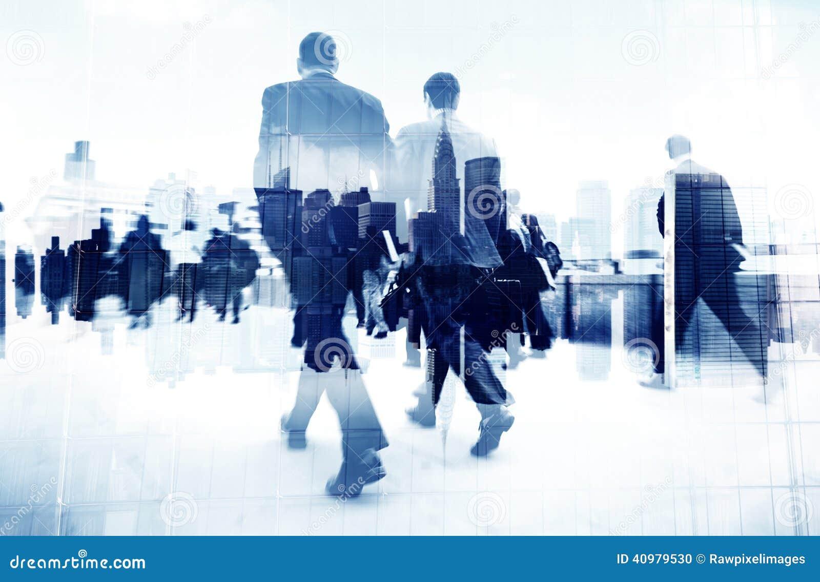 Imagen abstracta de los hombres de negocios que caminan en la calle