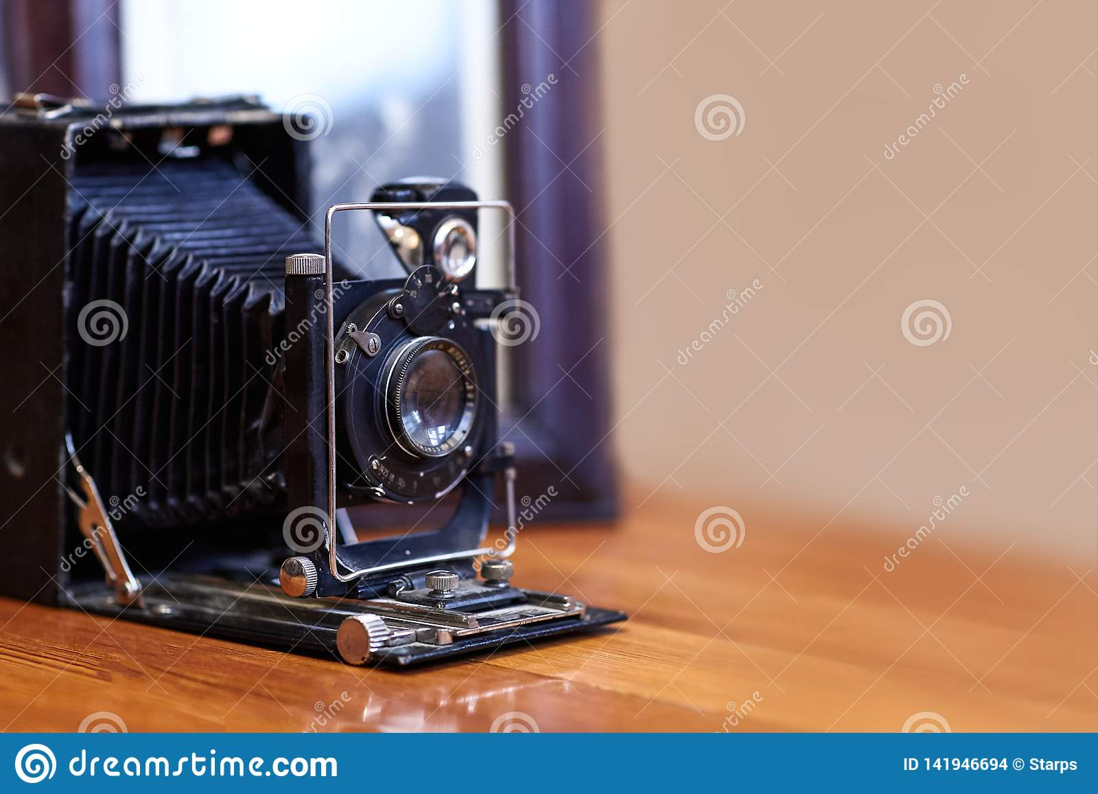 Imagen ascendente cercana de la cámara polvorienta del viejo vintage con la vieja imagen en el fondo borroso, foco selectivo
