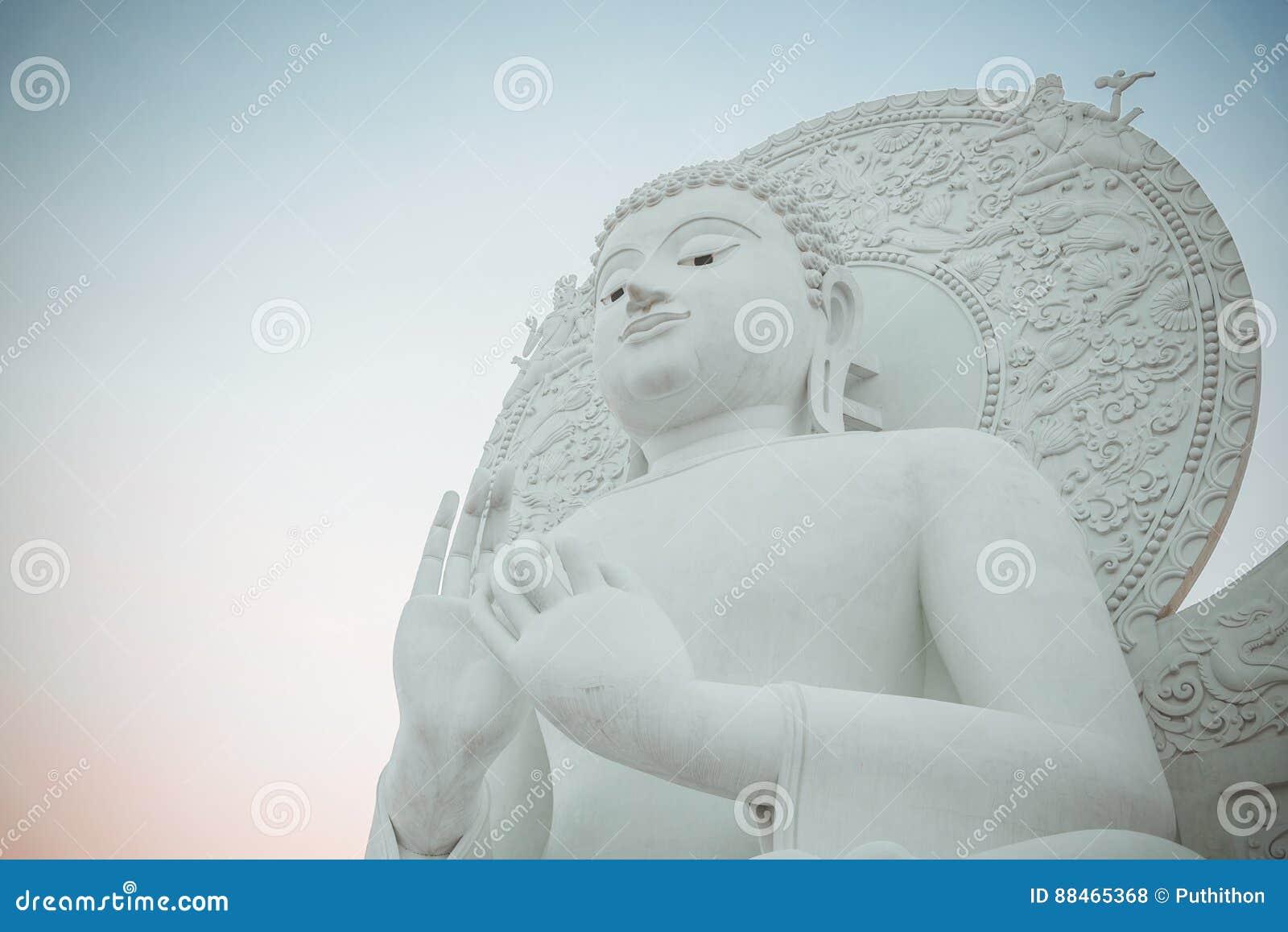 Imagen blanca grande de Buda en Saraburi, Tailandia