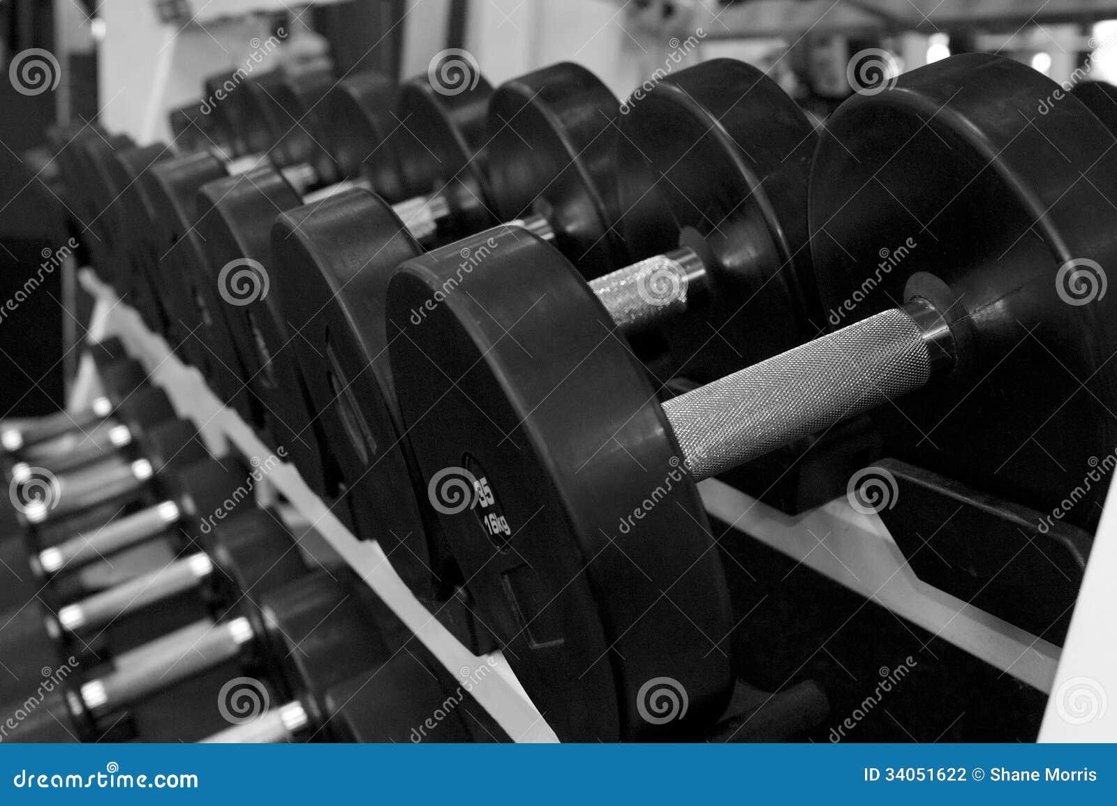 Imagen blanco y negro de un estante de pesas de gimnasia - Imagenes de gimnasio ...