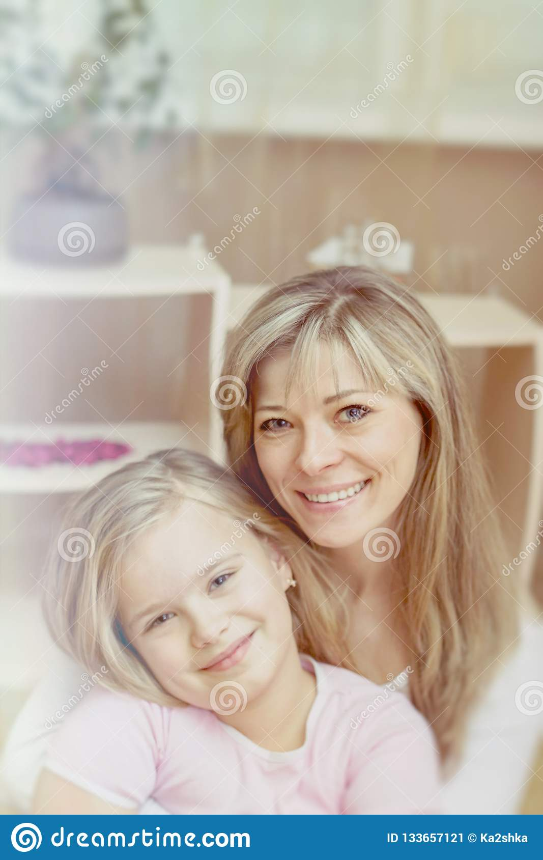 Imagen brillante de abrazar la madre y a la hija