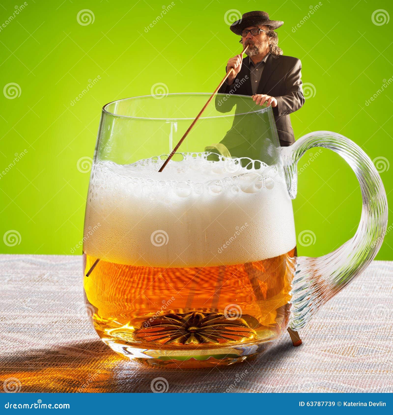 Imagen chistosa con el bebedor y dos cervezas