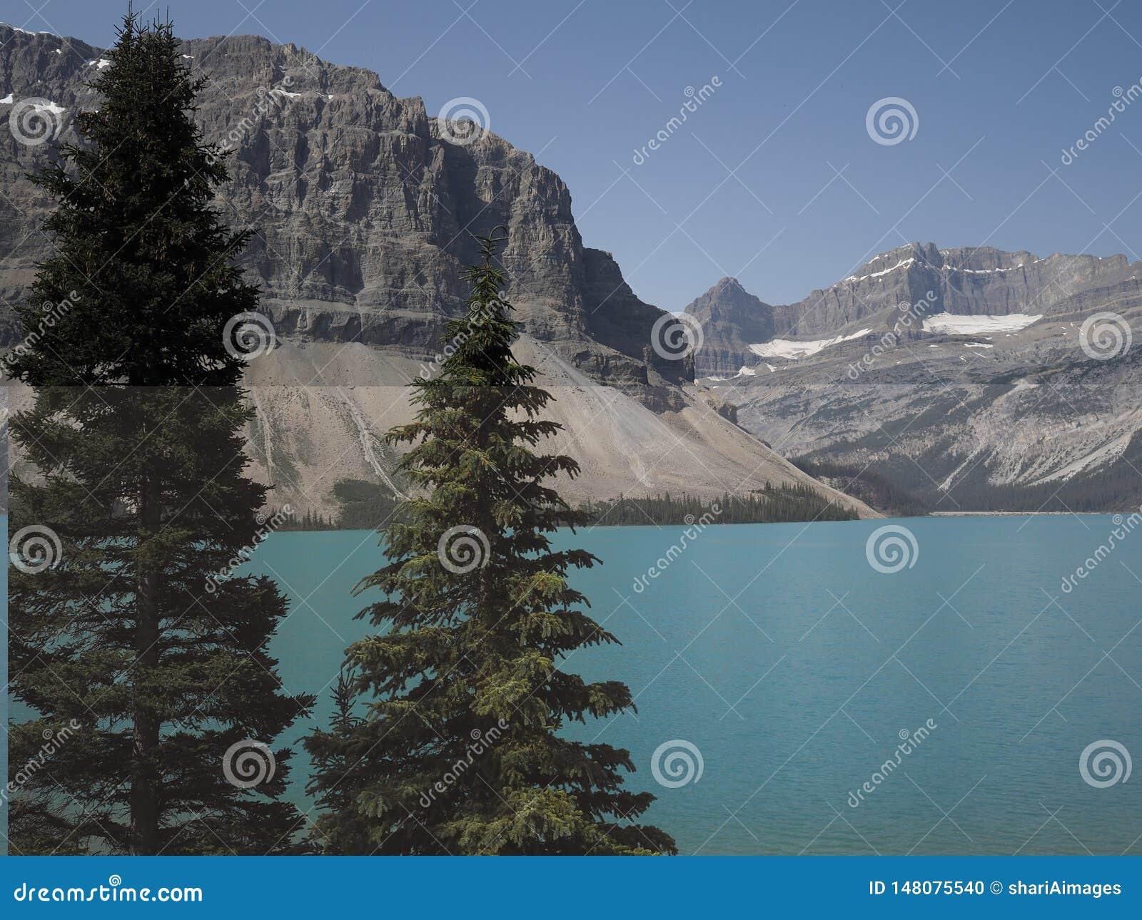Imagen colorida del lago bow, Alberta Canada en un día claro en el verano