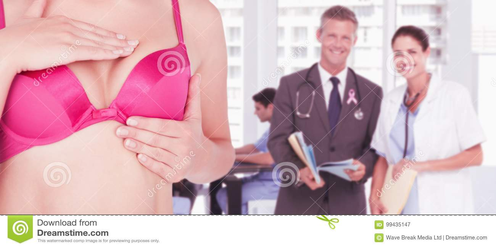 Imagen compuesta de la mediados de sección de la mujer en sujetador rosado que comprueba el pecho para saber si hay conciencia de