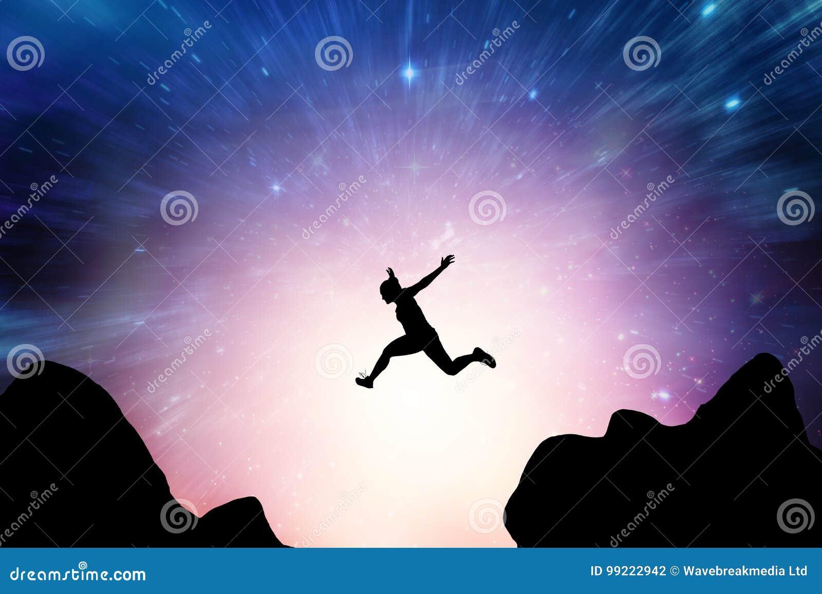 Imagen compuesta de la mujer atlética que corre en el fondo blanco