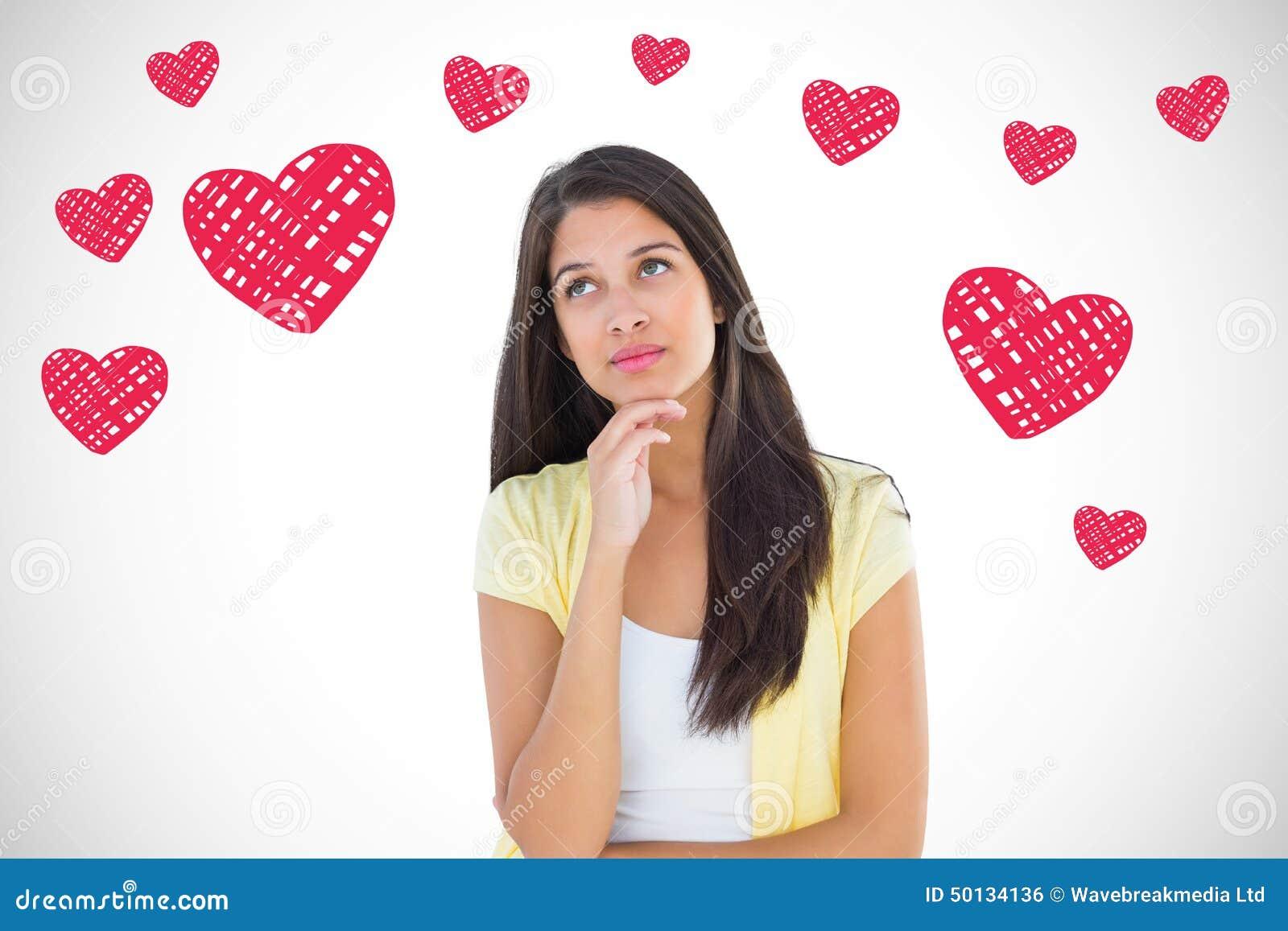 Imagen compuesta de la mujer casual feliz que piensa con la mano en la barbilla
