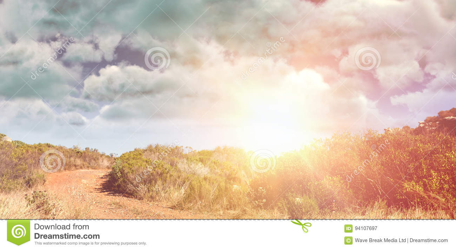 Imagen compuesta de la vista del revestimiento contra el cielo