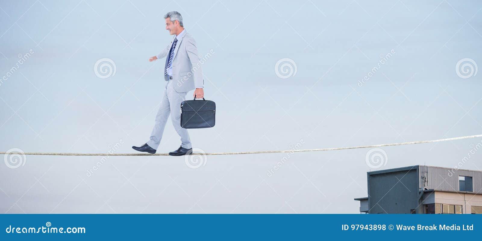 Imagen compuesta de la vista lateral del hombre de negocios que camina con la cartera sobre el fondo blanco