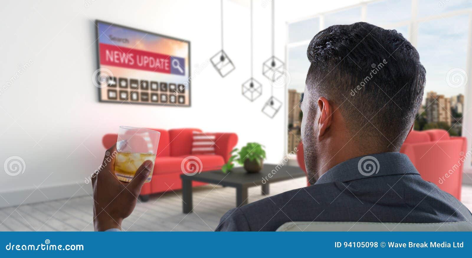 Imagen compuesta de la vista posterior del hombre de negocios que sostiene el whisky de cristal