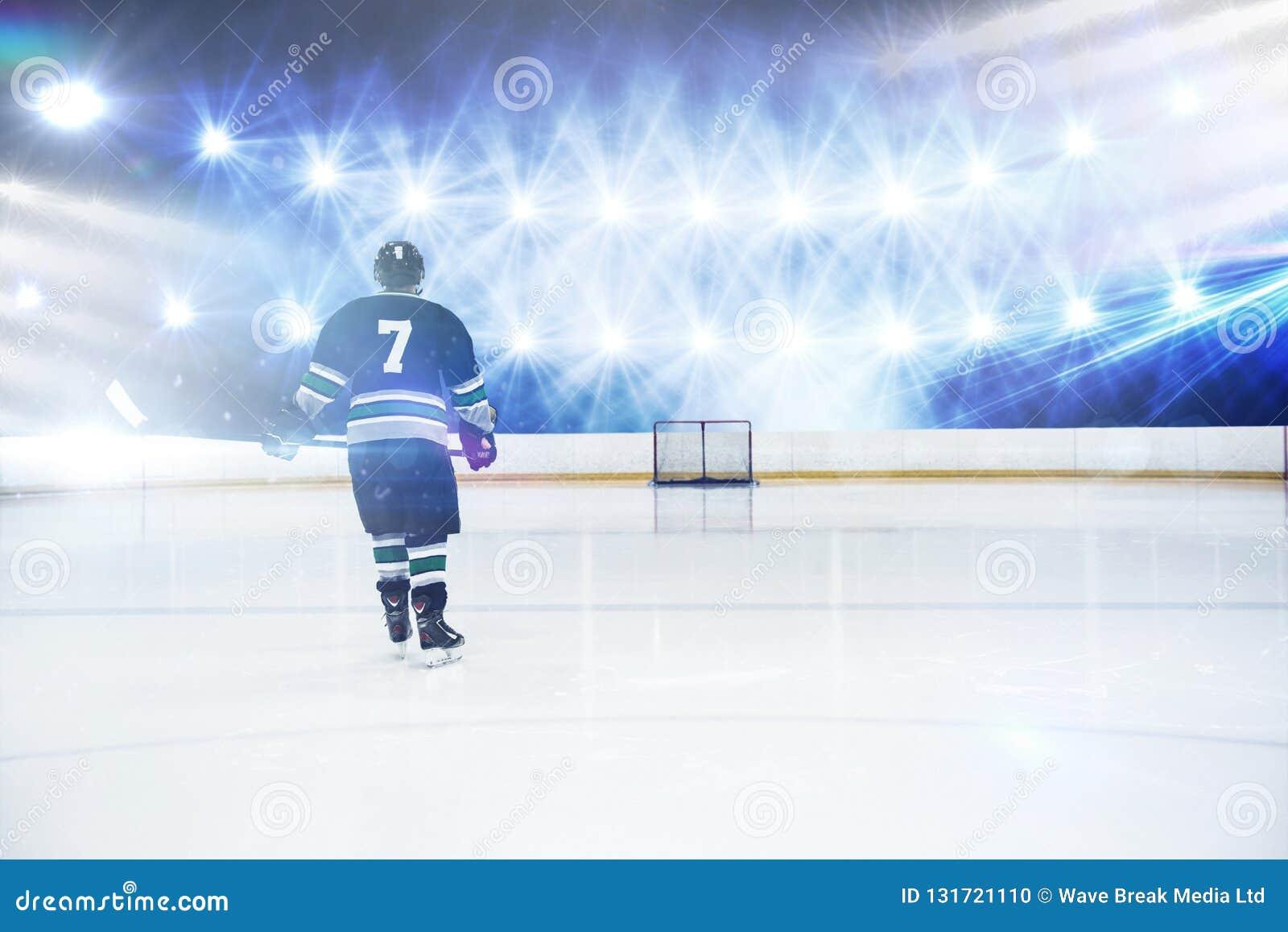 Imagen compuesta de la vista posterior del jugador que sostiene el palillo del hockey sobre hielo