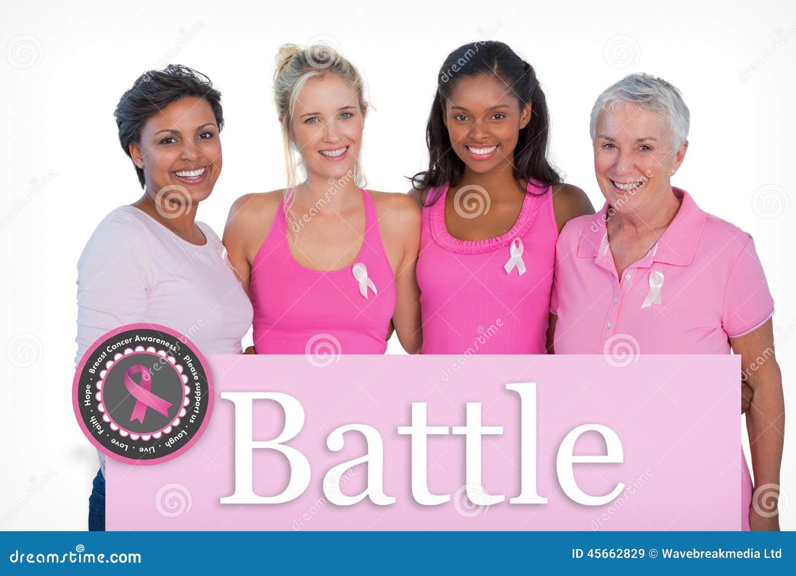 Imagen compuesta de las mujeres sonrientes que llevan cintas rosadas de los tops y del cáncer de pecho