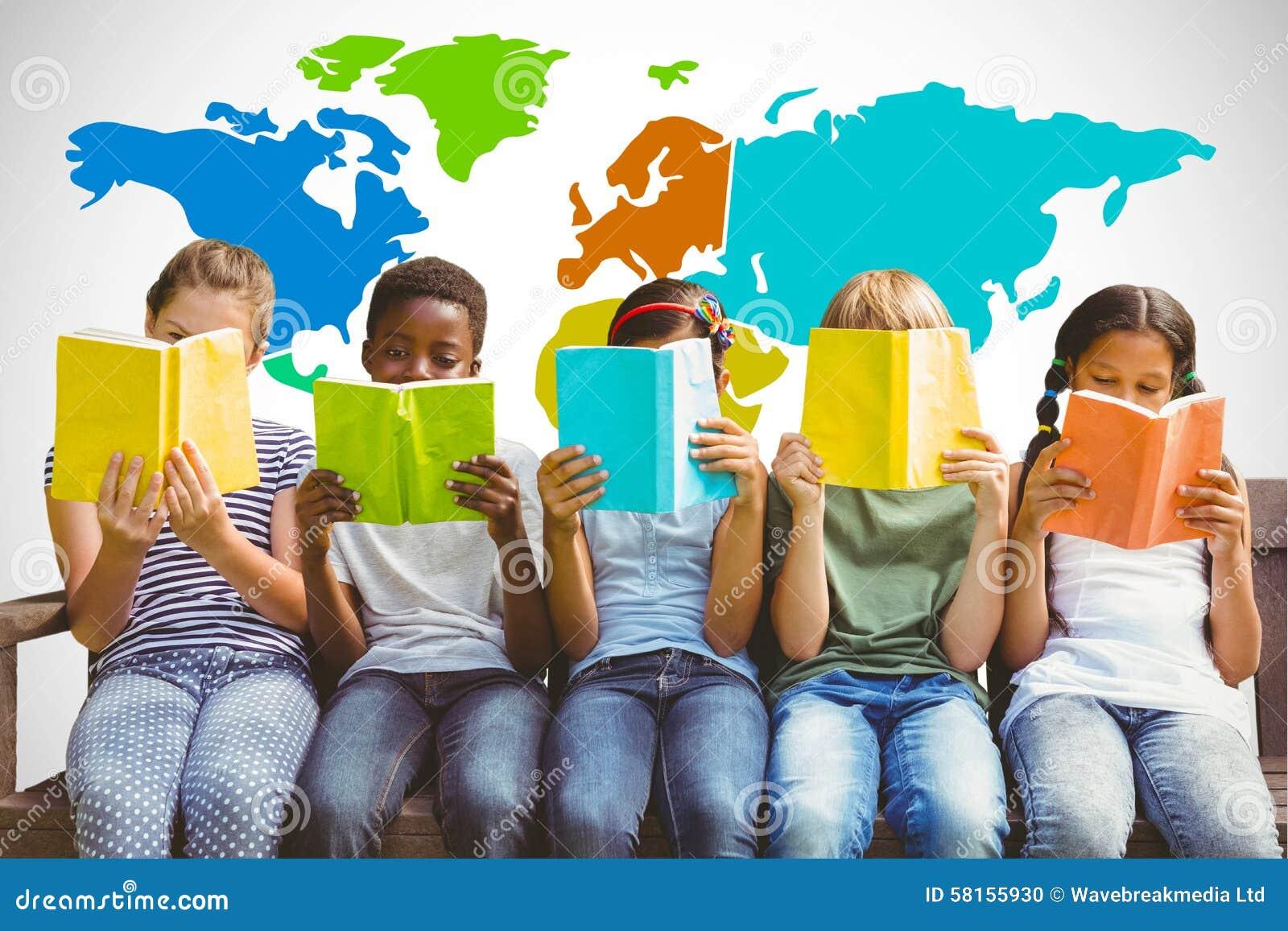 Imagen compuesta de los libros de lectura de los niños en el parque