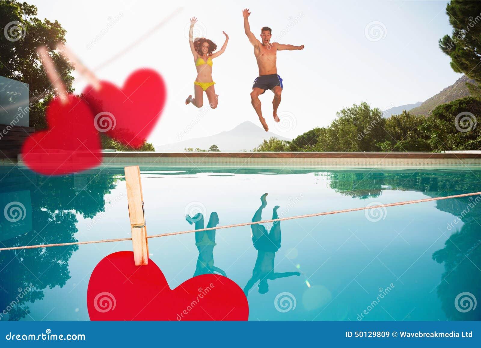 Imagen compuesta de los pares alegres que saltan en piscina