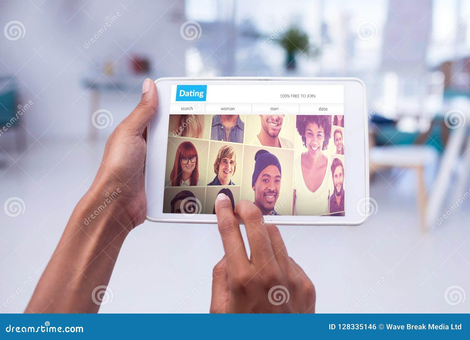 Imagen compuesta de manos cosechadas del ejecutivo de sexo femenino que usa la tableta