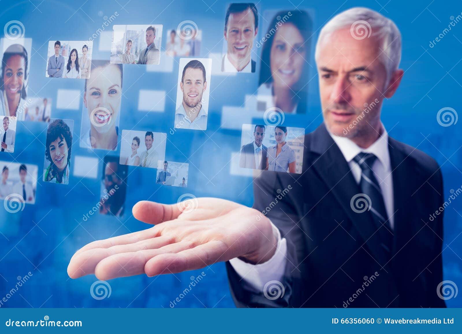 Imagen compuesta del hombre de negocios concentrado con la palma para arriba