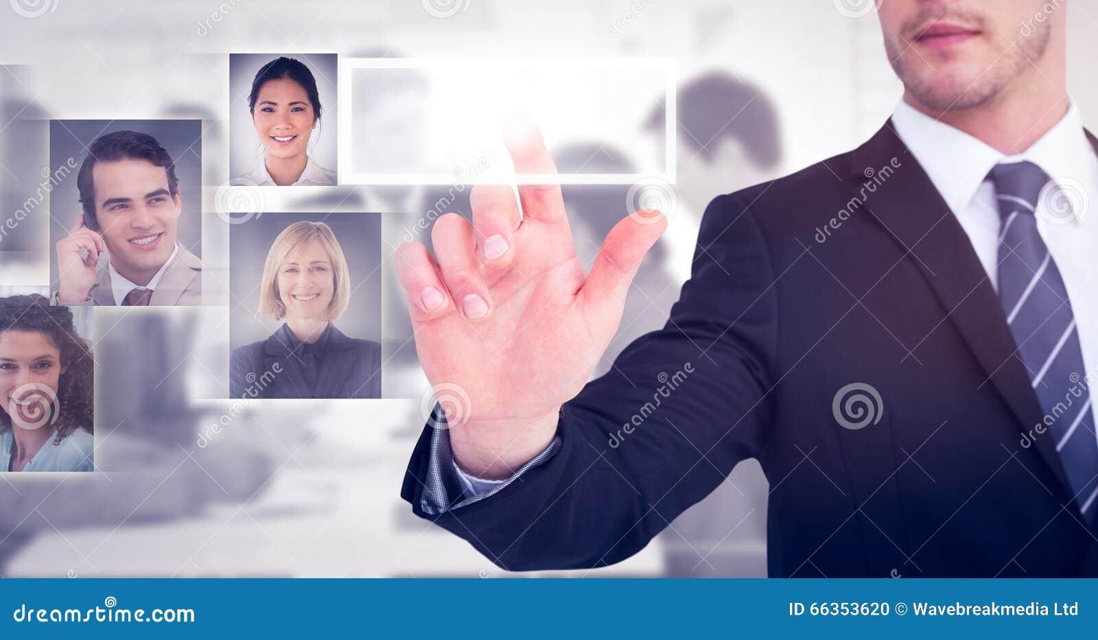 Imagen compuesta del hombre de negocios enfocado que señala con su finger