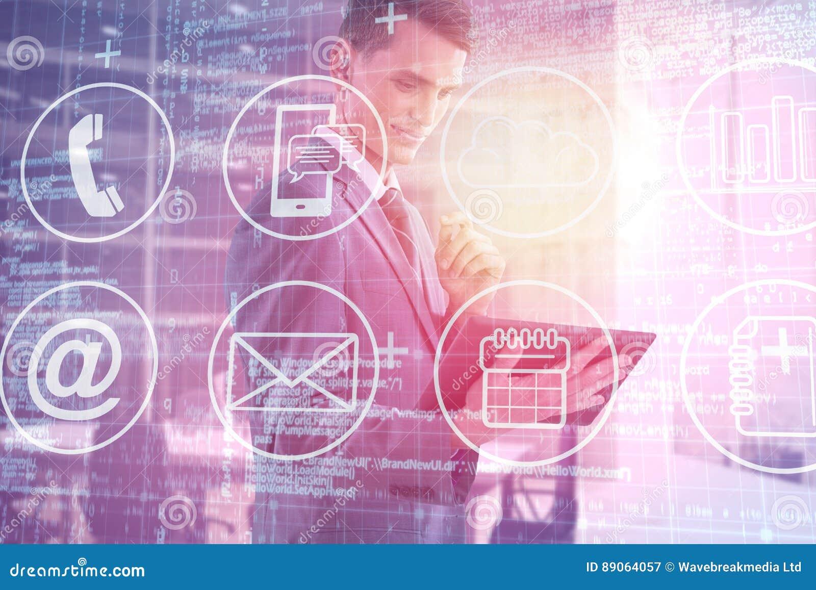 Imagen compuesta del hombre de negocios feliz que mira la tableta digital 3d