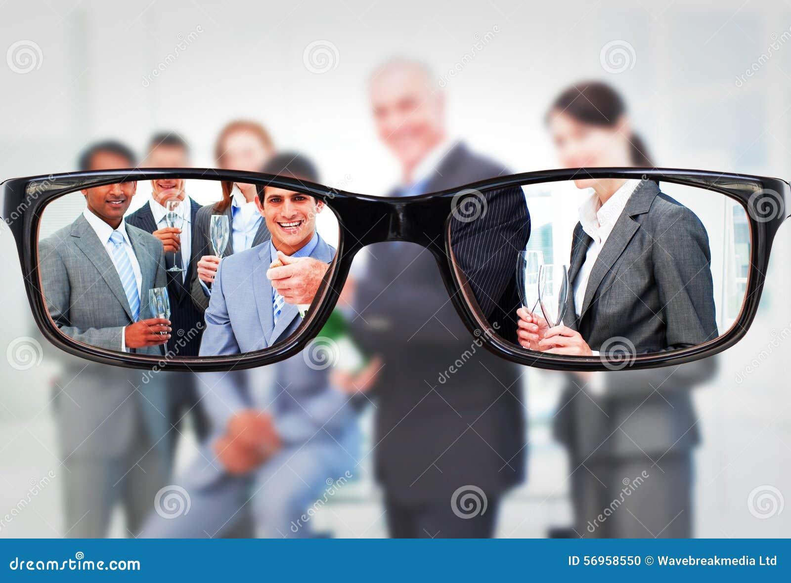 Imagen compuesta del hombre de negocios que abre una botella de champán para celebrar un éxito