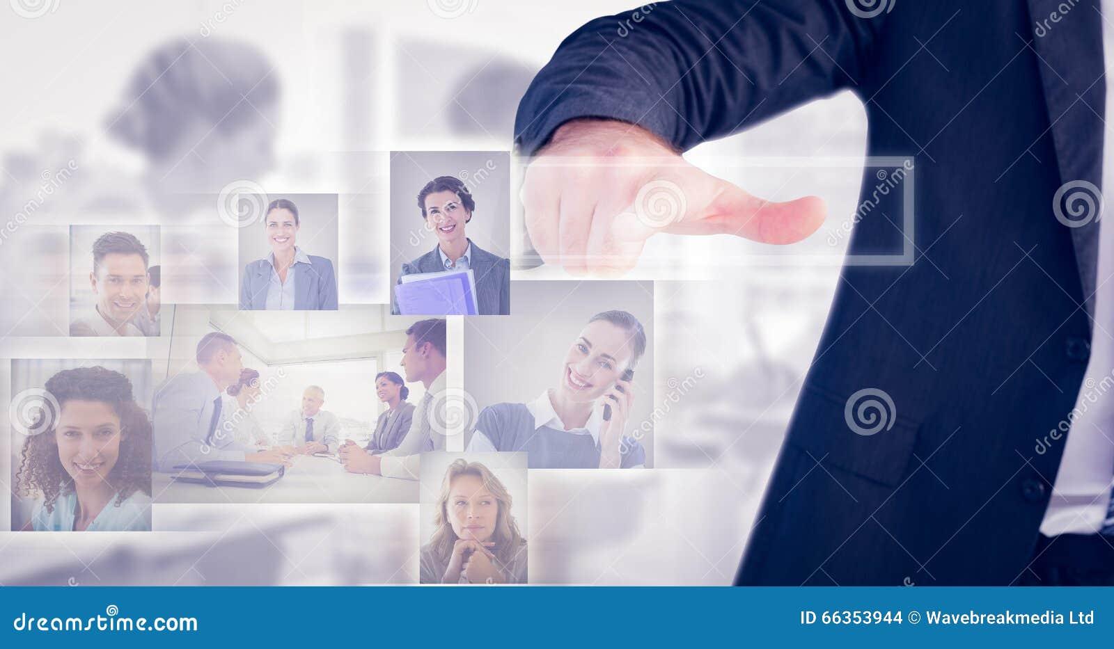 Imagen compuesta del hombre de negocios que señala con su finger