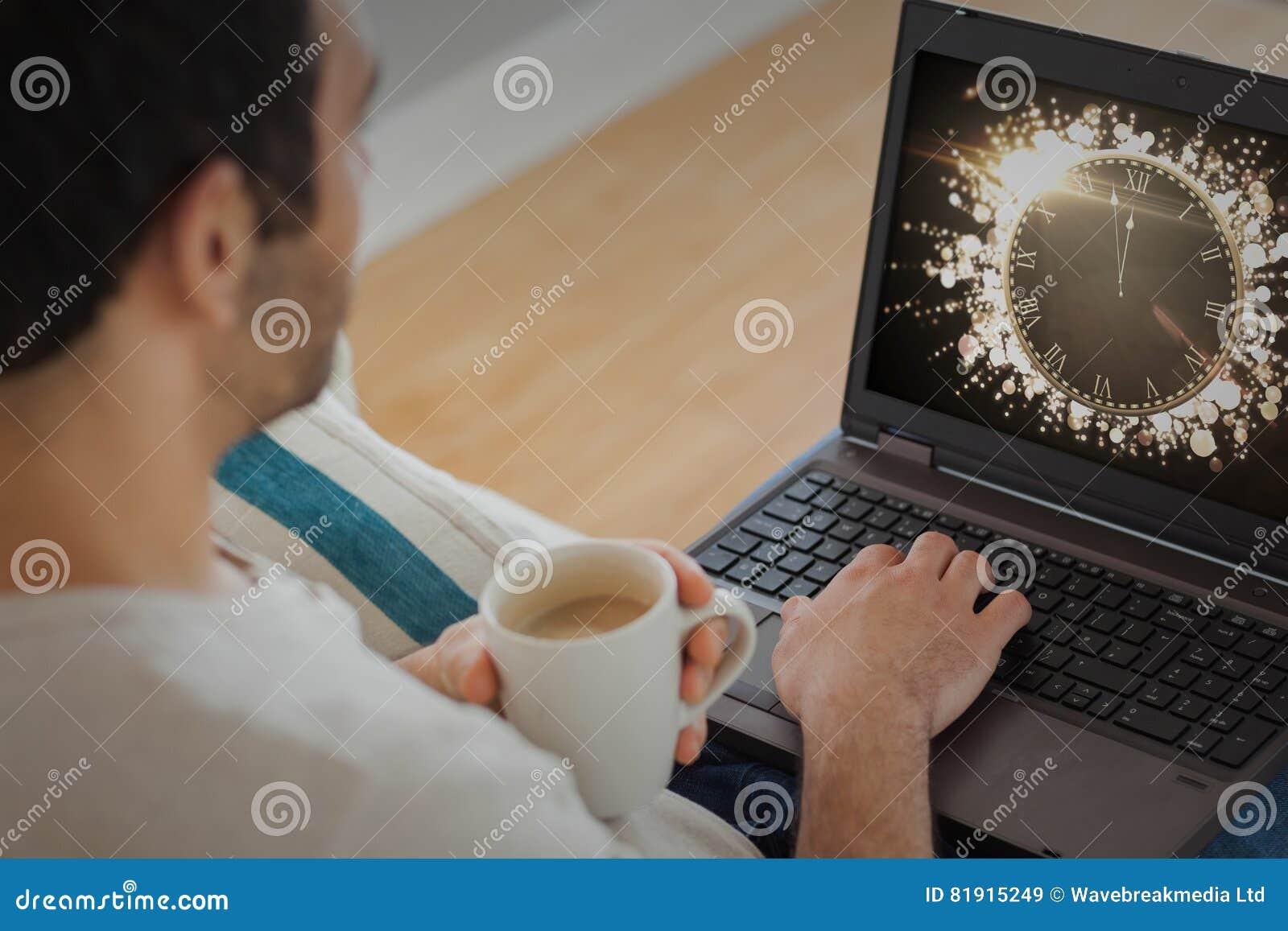 Imagen compuesta del hombre que usa el ordenador portátil