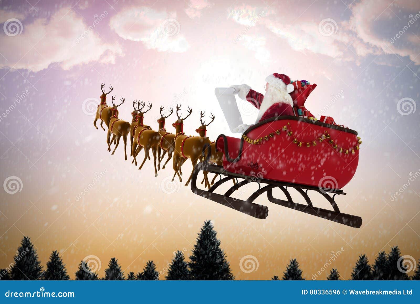 Imagen compuesta del montar a caballo de Papá Noel en el trineo durante la Navidad