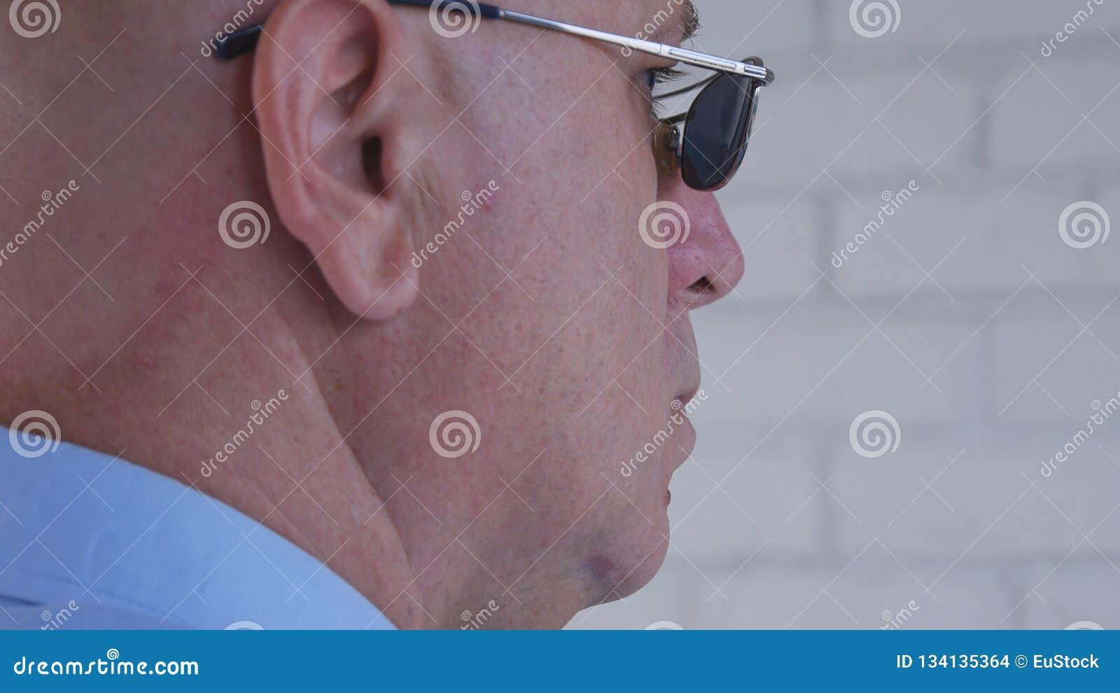 Imagen con el hombre de negocios confiado Wearing Sunglasses