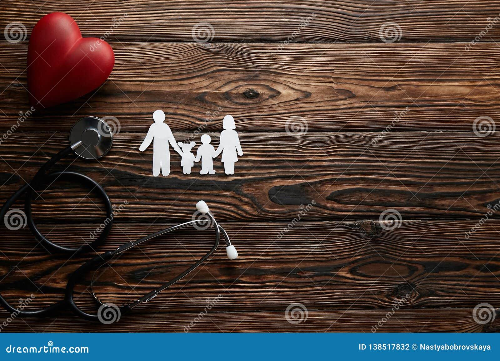 Imagen conceptual de la cadena de papel en la forma de familia accesorios del insuarance de la salud