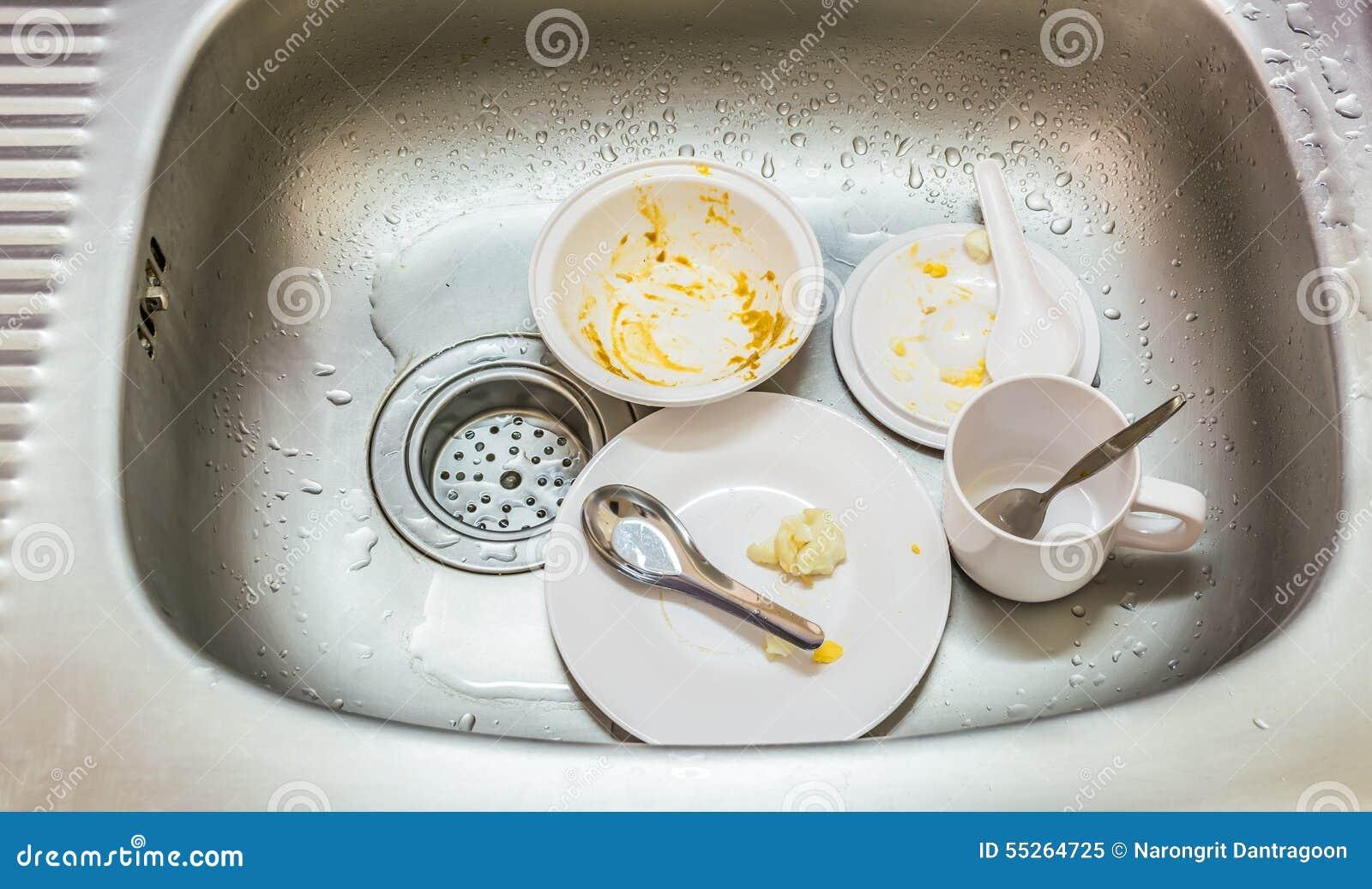 imagen conceptual de la cocina fregadero sucio con muchos