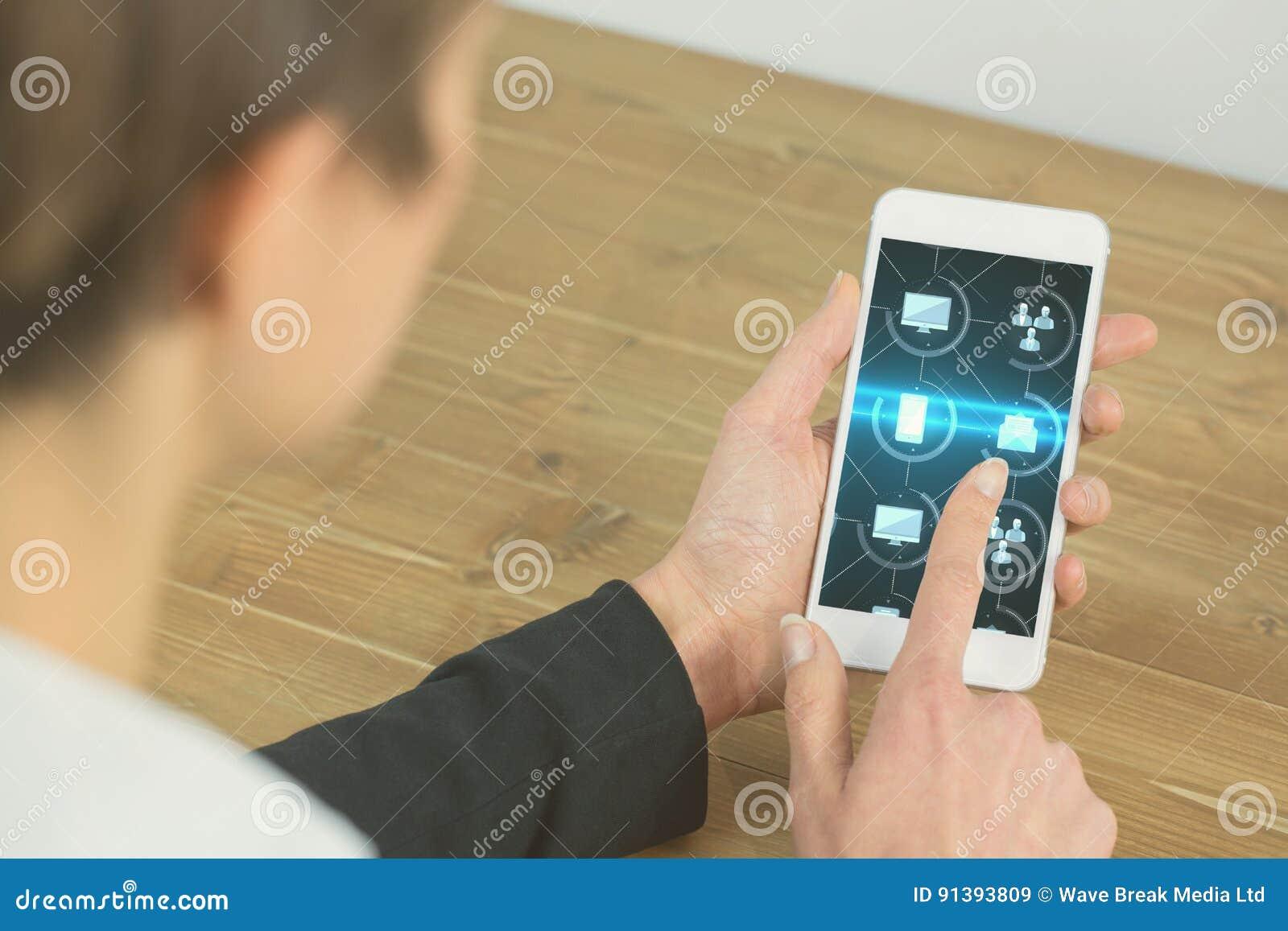 Imagen cosechada de la empresaria que toca gráficos de IOT en el teléfono elegante