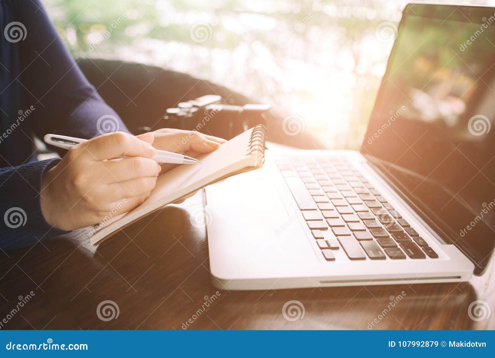 Imagen cosechada de la mujer joven que trabaja en casa peque a oficina imagen de archivo - Trabaja en casa ...