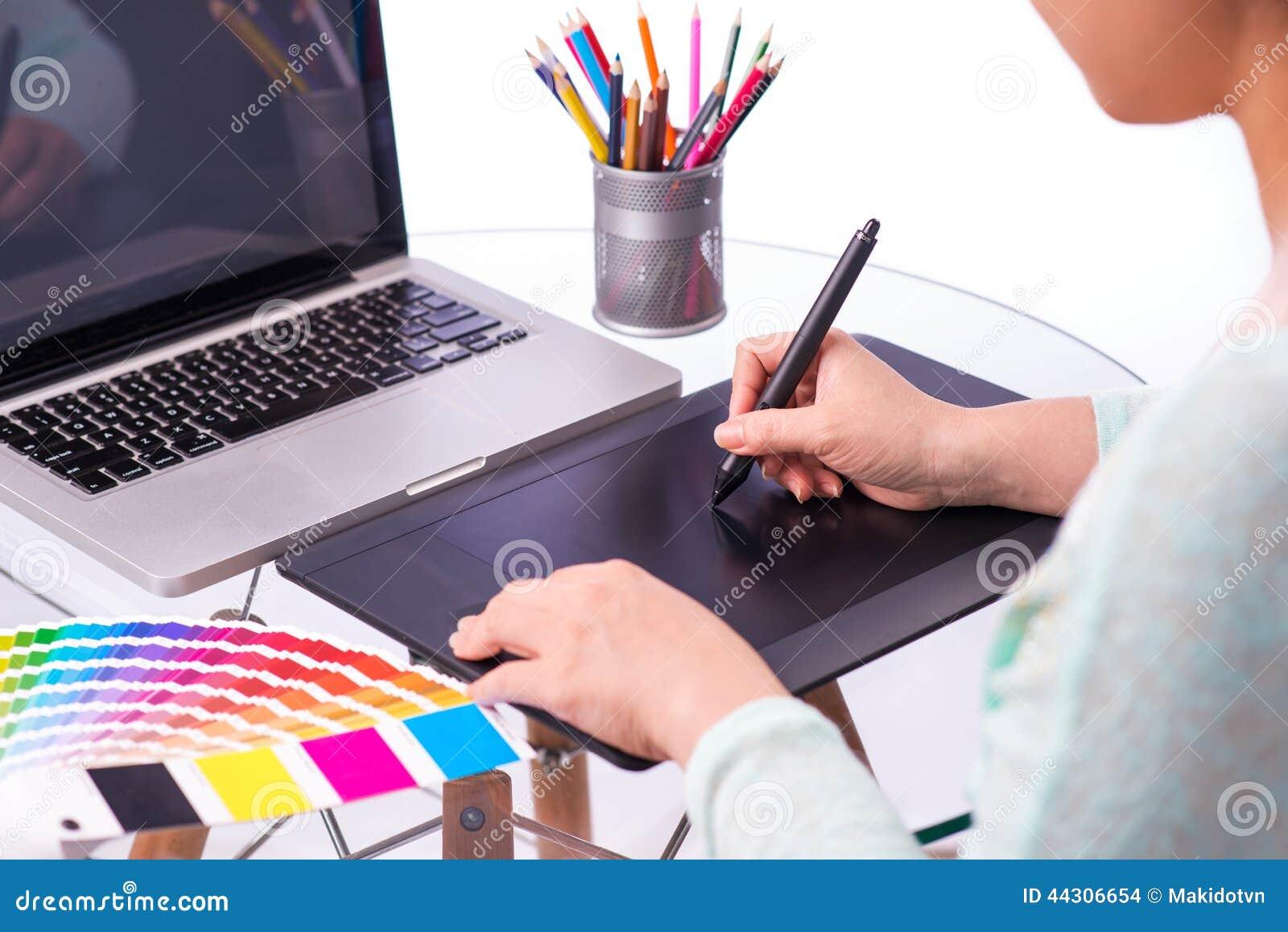 Imagen cosechada de un diseñador gráfico que usa la tableta gráfica