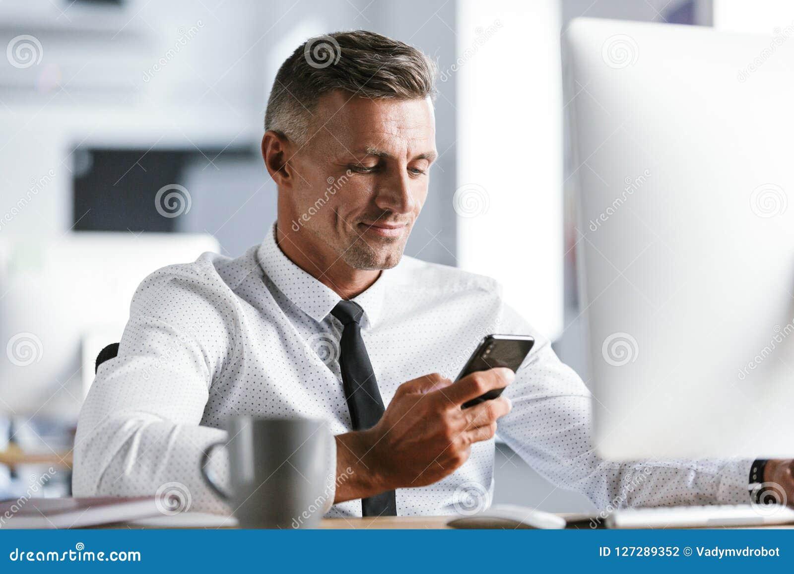 Imagen de la camisa y del lazo blancos que llevan acertados del hombre de negocios 30s