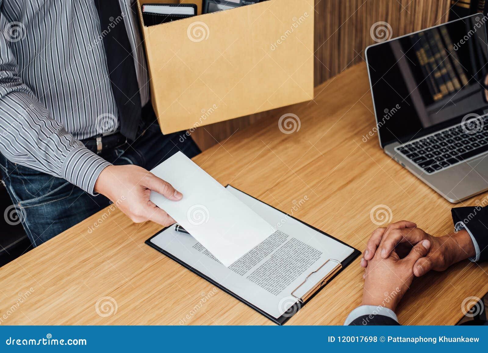 Imagen de la mano del hombre de negocios que sostiene la caja de cartón y que envía un re