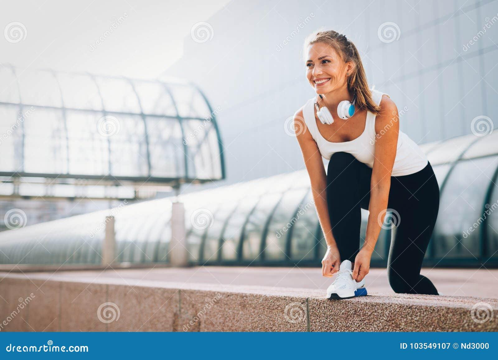 Imagen de la mujer feliz atractiva joven de la aptitud
