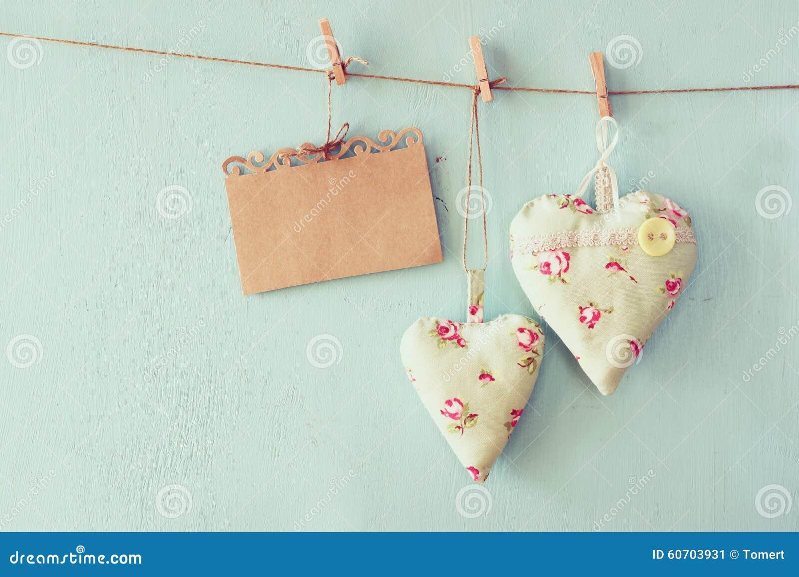 Imagen de la Navidad de los corazones de la tela y de la tarjeta vacía para añadir la ejecución del texto en cuerda delante del f