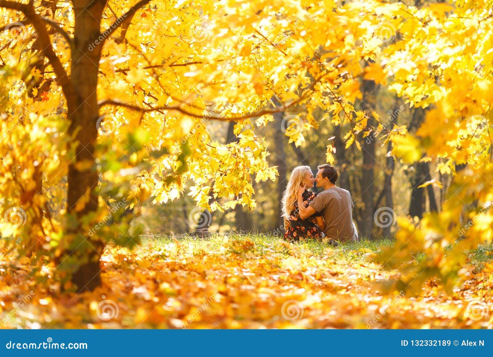 Imagen de la parte posterior de pares jovenes en amor en bosque