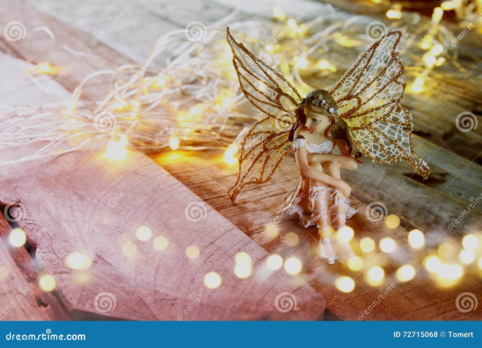 Imagen de la pequeña hada mágica en el bosque Vintage filtrado