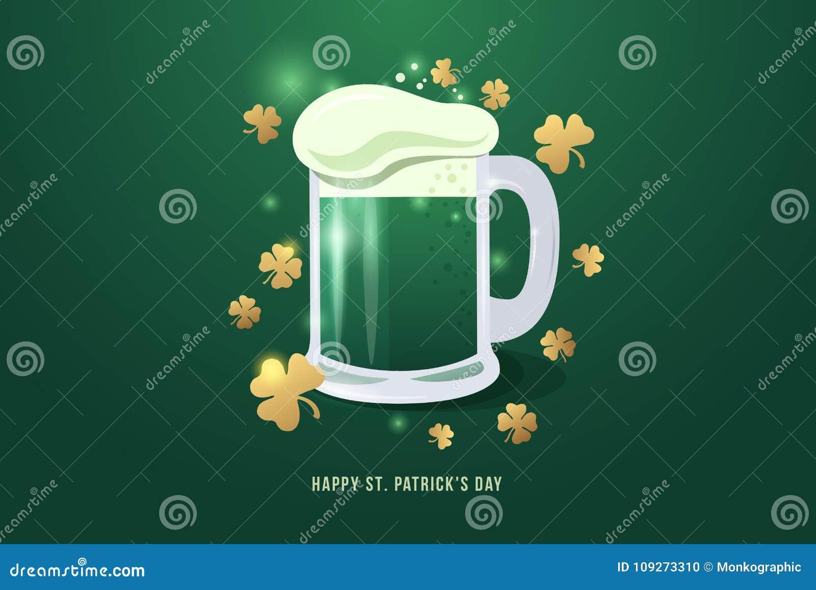 Imagen de la pinta de cerveza al día del ` s de St Patrick La taza de cerveza con el trébol blanco de la espuma y del oro se va