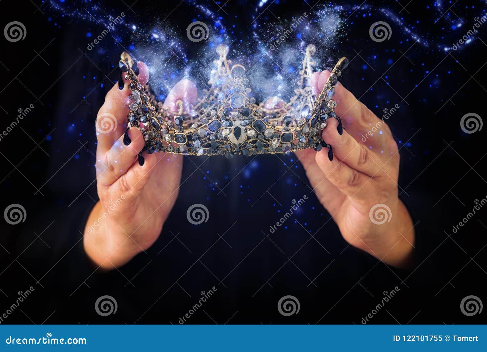 Imagen de la señora en la corona negra de la reina que se sostiene adornada con precio