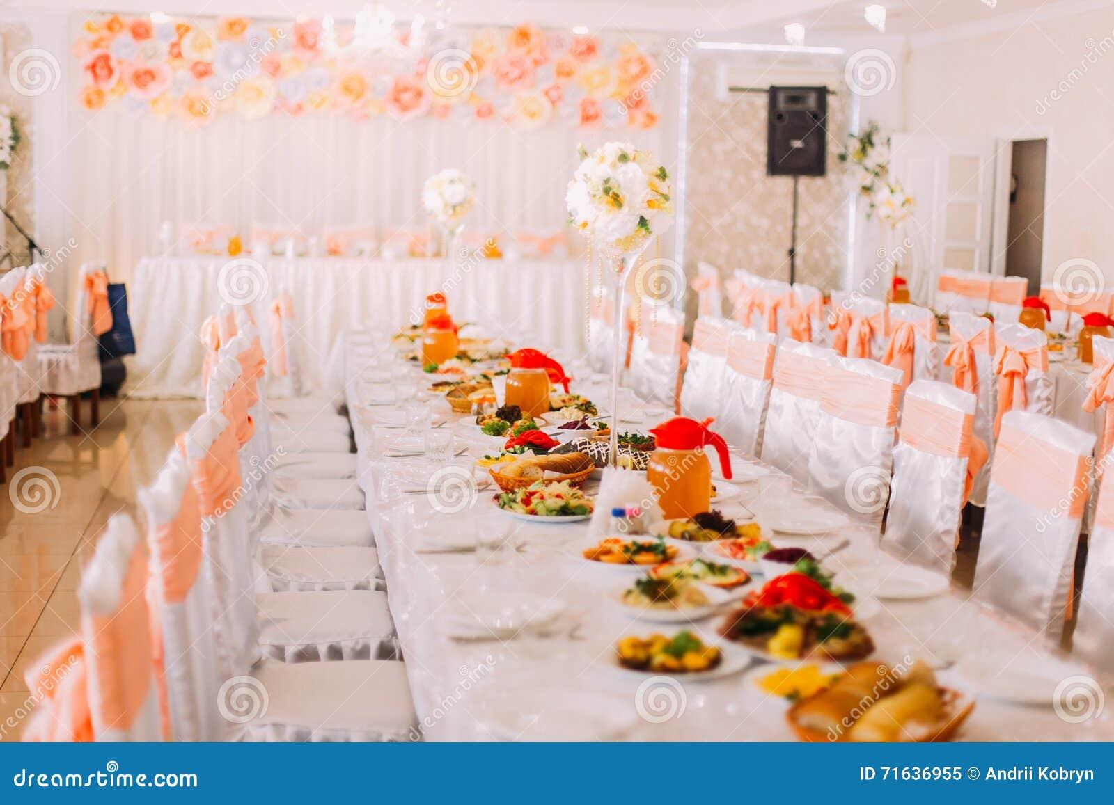 Imagen de las tablas que fijan en color anaranjado en un for Que color elegir para un pasillo oscuro