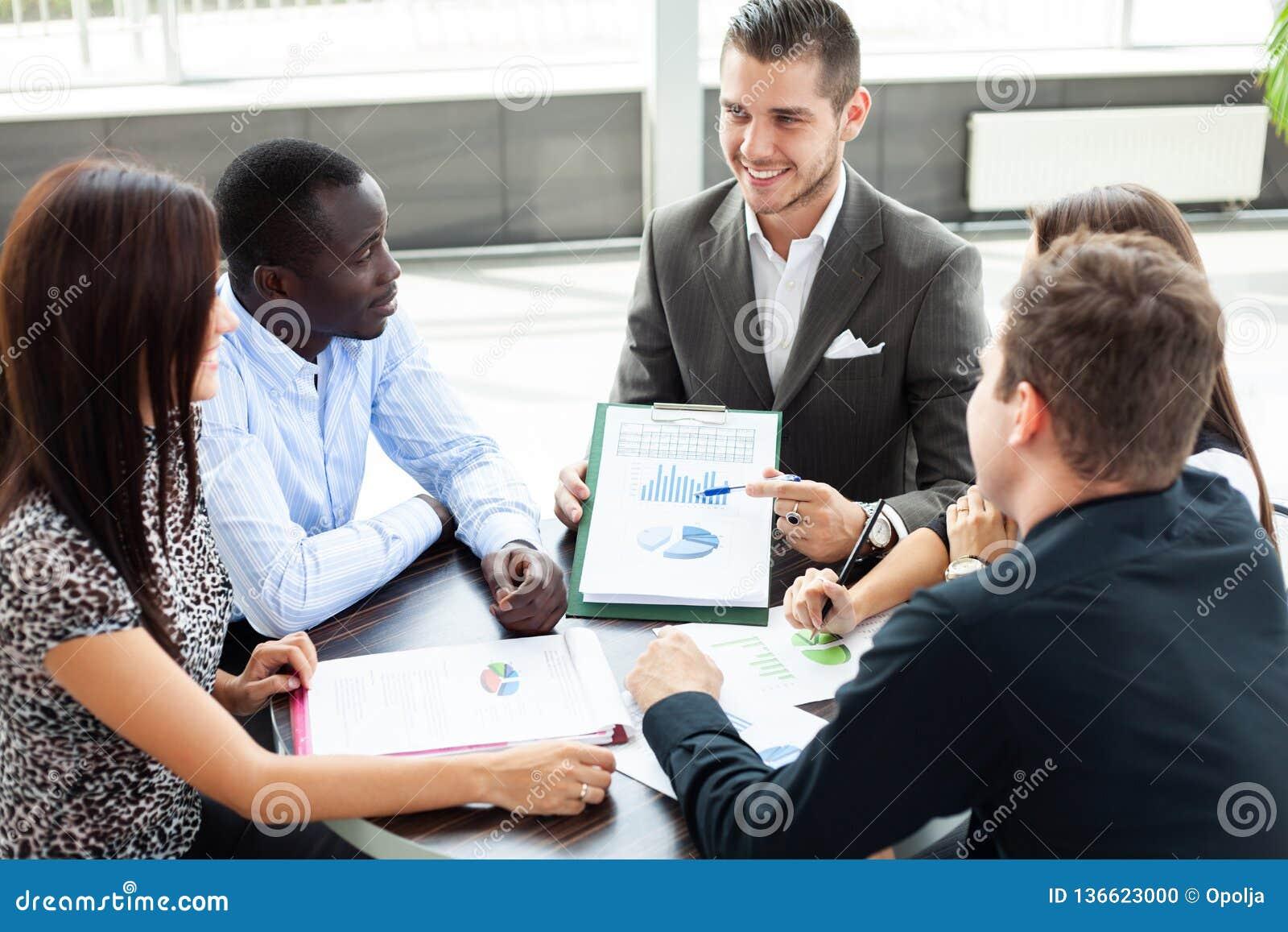 Imagen de los socios comerciales que discuten documentos e ideas en la reunión