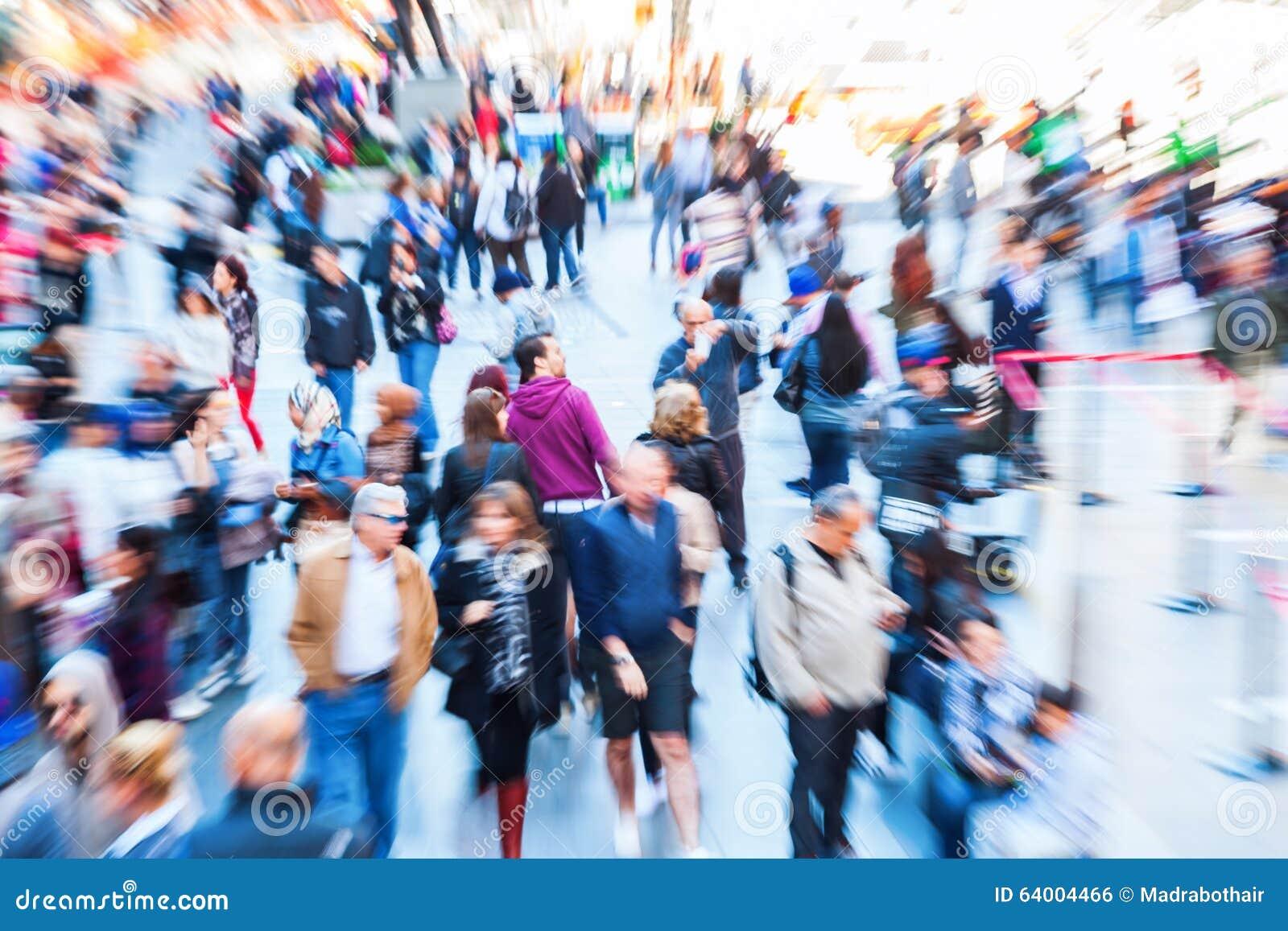 Imagen de muchedumbres de gente en la ciudad con efecto del enfoque