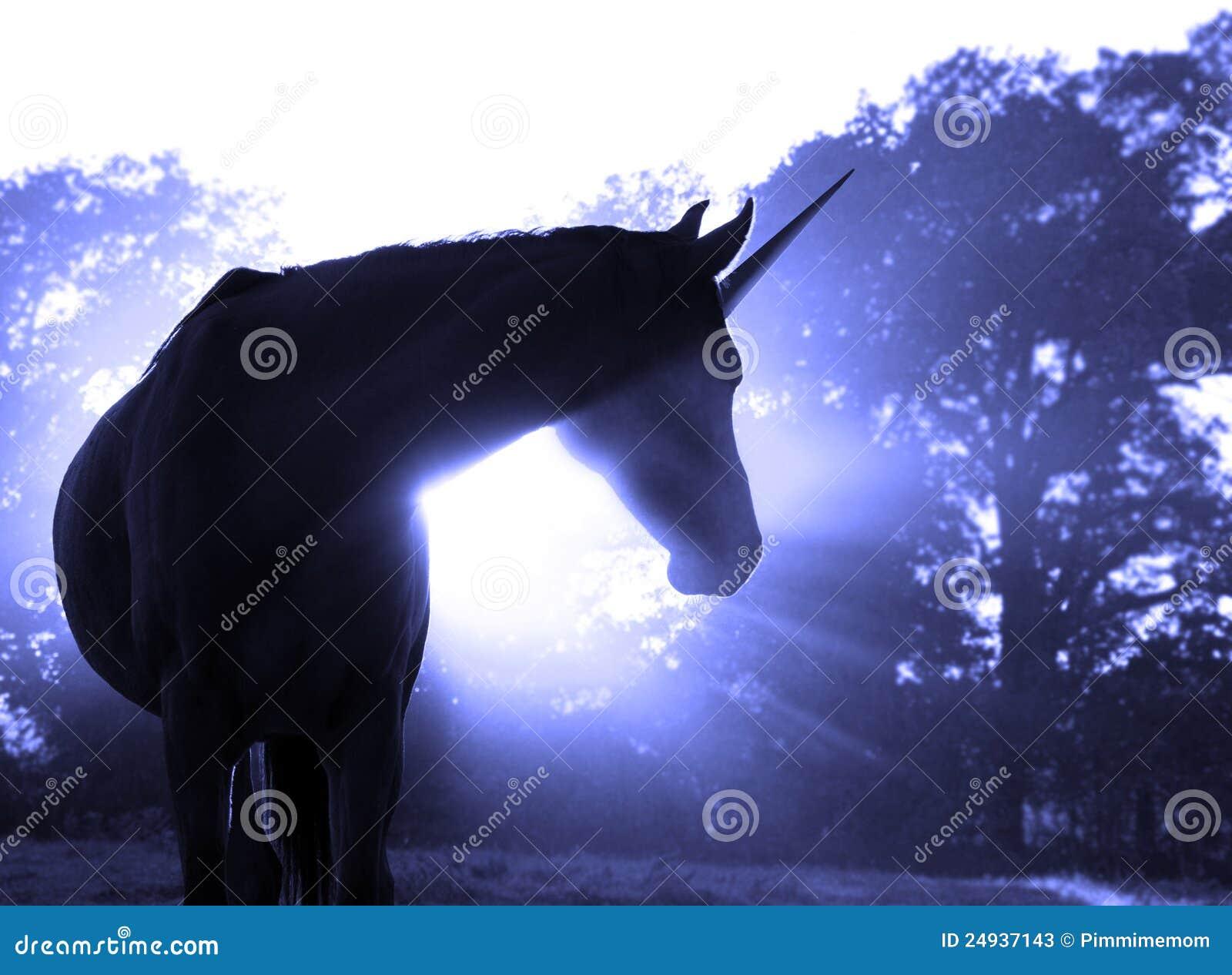 Imagen de un unicornio mágico contra salida del sol nebulosa