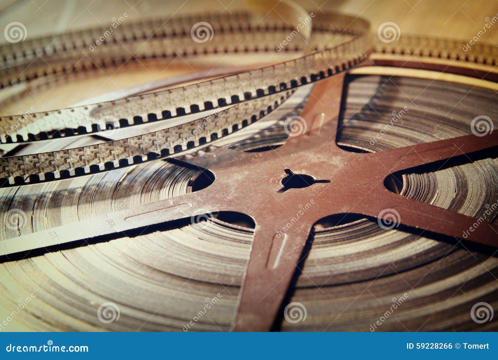 Imagen del carrete viejo de la película de 8 milímetros sobre fondo de madera Imagen retra del estilo