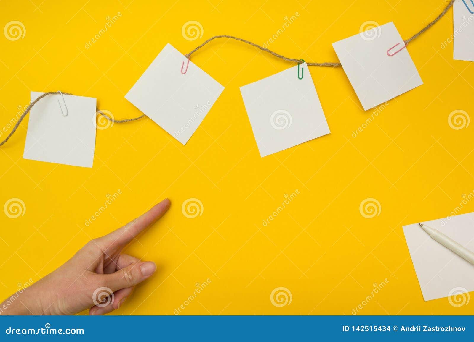Imagen del concepto del crecimiento del negocio para el fondo amarillo del crecimiento del negocio