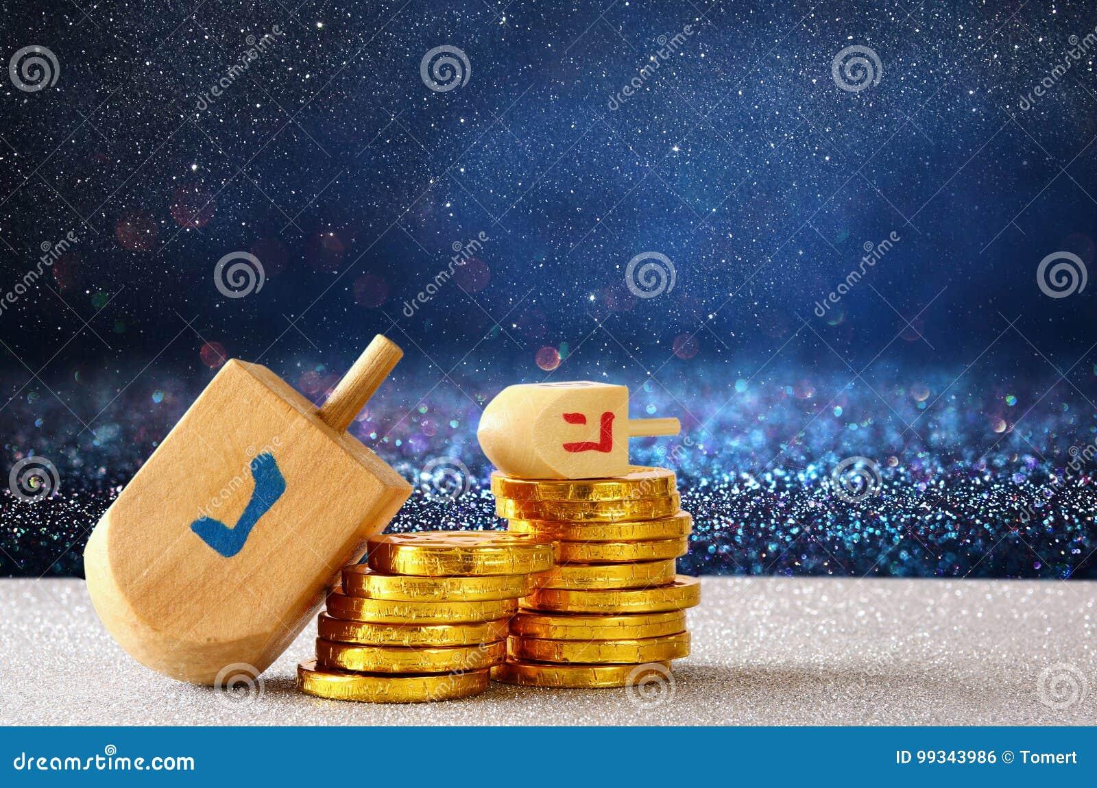 Imagen del día de fiesta judío Jánuca con el dreidel de madera